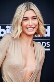 Hailey Baldwin attended the 2018 Billboard Music Awards wearing her hair in short, feathery waves.