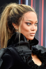 Tyra Banks styled her hair into a messy ponytail for the 2018 Billboard Music Awards.