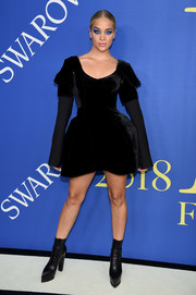 Jasmine Sanders went edgy in a Vera Wang LBD that featured an exaggerated fit-and-flare silhouette at the 2018 CFDA Fashion Awards.