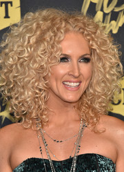 Kimberly Schlapman attended the 2018 CMT Music Awards wearing her signature thick curls.