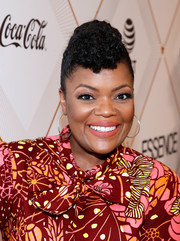 Yvette Nicole Brown sported a curly pompadour at the Essence Black Women in Hollywood Awards.