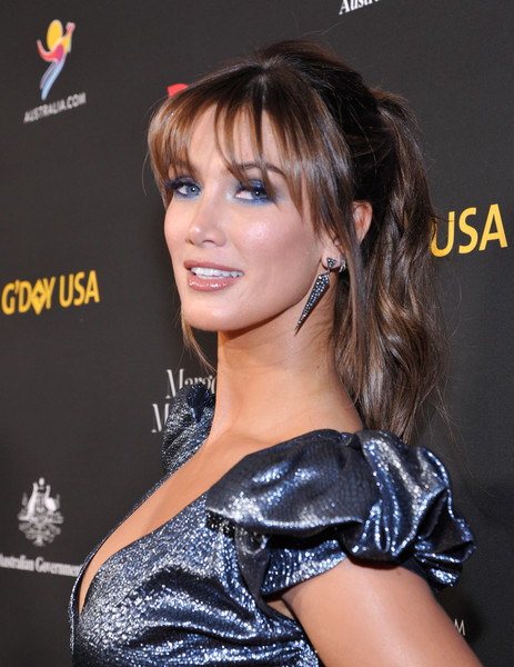 Delta Goodrem opted for a wavy ponytail with eye-grazing bangs when she attended the 2018 G'Day USA Black Tie Gala.