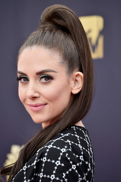 Alison Brie looked cute wearing this high ponytail at the 2018 MTV Movie & TV Awards.