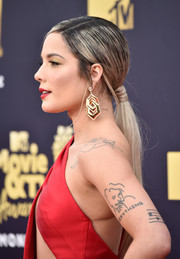 Halsey styled her hair into a low ponytail for the 2018 MTV Movie & TV Awards.