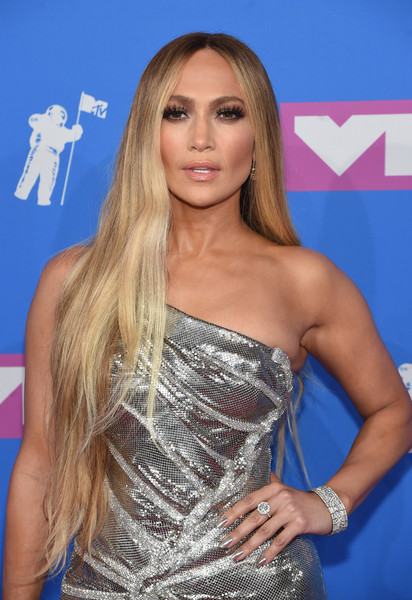 Jennifer Lopez opted for a loose center-parted hairstyle when she attended the 2018 MTV VMAs.