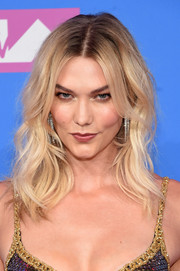 Karlie Kloss wore her hair in messy-chic waves at the 2018 MTV VMAs.