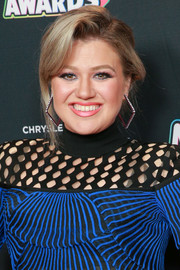Kelly Clarkson opted for a slightly messy updo when she attended the 2018 Radio Disney Music Awards.