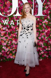 Lauren Ambrose attended the 2018 Tony Awards wearing this strapless confection by Oscar de la Renta.