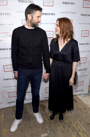 Julianne Moore went minimalist in a V-neck maxi dress with a gathered waist at the 2018 TriBeCa Ball.
