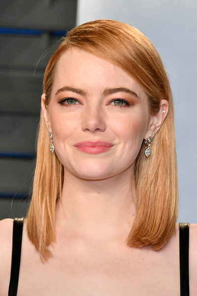 Emma Stone sported a mid-length bob with the sides tucked behind her ears at the 2018 Vanity Fair Oscar party.