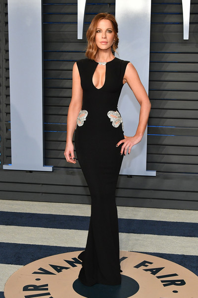 Kate Beckinsale flaunted her svelte figure in a form-fitting black gown by Reem Acra at the 2018 Vanity Fair Oscar party.