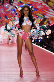 Jasmine Tookes flashed her toned abs in a floral crop-top at the 2018 Victoria's Secret show.