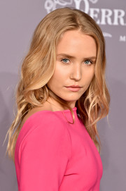 Sailor Brinkley Cook wore her hair in loose waves at the 2018 amfAR Gala New York.