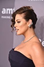 Ashley Graham flaunted a gorgeous diamond ear cuff by Forevermark at the 2018 amfAR Gala New York.