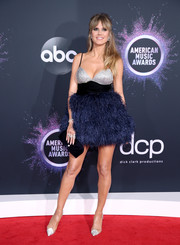 Heidi Klum completed her ensemble with a black velvet clutch.