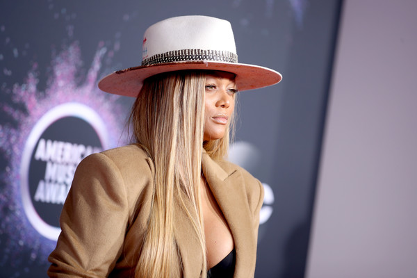 More Pics of Tyra Banks Printed Clutch (1 of 4) - Clutches Lookbook - StyleBistro [hair,clothing,hat,beauty,fedora,fashion,blond,fashion accessory,sun hat,headgear,arrivals,tyra banks,american music awards,microsoft theater,los angeles,california]