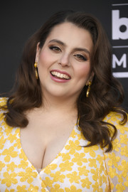 Beanie Feldstein paired gold eyeshadow with mauve lipstick for her glamorous beauty look.