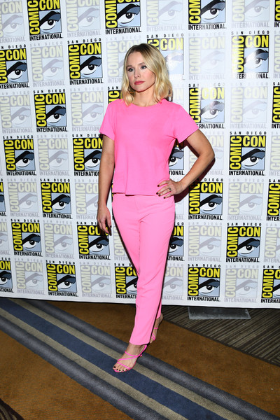 More Pics of Kristen Bell Red Lipstick (5 of 8) - Makeup Lookbook - StyleBistro [the good place,comic-con international - the good place,clothing,fashion,pink,yellow,carpet,footwear,blond,premiere,fashion model,fashion design,kristen bell,california,san diego,hilton bayfront,comic-con international,photo call]