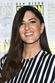 D'Arcy Carden sported a long side-parted hairstyle at the 'Good Place' photocall during Comic-Con International 2019.