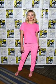 Kristen Bell went super sweet in a bubblegum-pink T-shirt by Re/Done at the 'Good Place' photocall during Comic-Con International 2019.