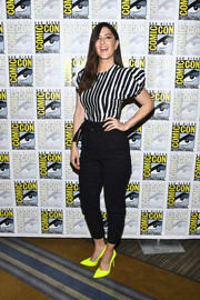 D'Arcy Carden paired her top with black skinny pants.