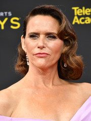 Amy Landecker looked vintage-glam with her wavy hairstyle at the 2019 Creative Arts Emmy Awards.