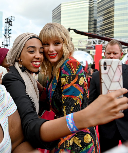 More Pics of Taylor Swift Glitter Nail Polish (4 of 17) - Nails Lookbook - StyleBistro [red carpet,people,product,blond,fashion,yellow,street fashion,fun,event,photography,fashion accessory,mtv video music awards,prudential center,newark,new jersey,taylor swift]