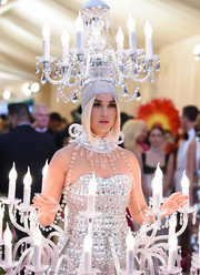 Katy Perry rocked a chandelier headpiece to match her dress at the 2019 Met Gala.