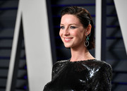 Caitriona Balfe wore her hair in a short, wet-look style at the 2019 Vanity Fair Oscar party.