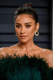 Shay Mitchell wore her hair in a slightly messy bun at the 2019 Vanity Fair Oscar party.