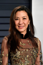 Michelle Yeoh kept it simple with this loose side-parted style at the 2019 Vanity Fair Oscar party.