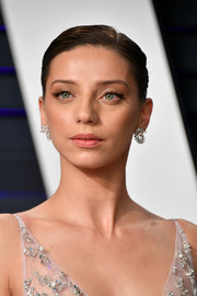 Angela Sarafyan looked simply elegant with her side-parted updo at the 2019 Vanity Fair Oscar party.