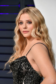 Chloe Grace Moretz wore her hair down in mermaid waves at the 2019 Vanity Fair Oscar party.