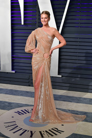 Toni Garrn oozed sex appeal wearing this gold one-shoulder gown by Jean-Louis Sabaji at the 2017 Vanity Fair Oscar party.
