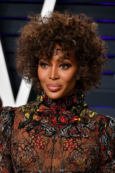Naomi Campbell looked gorgeous with her messy curls at the 2019 Vanity Fair Oscar party.