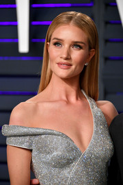 Rosie Huntington-Whiteley showed off silken straight tresses at the 2019 Vanity Fair Oscar party.