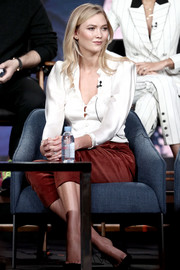 Karlie Kloss paired her top with brick-red capris.