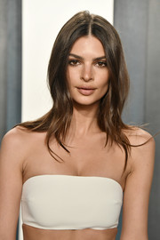 Emily Ratajkowski framed her face with a center-parted layered cut for the 2020 Vanity Fair Oscar party.