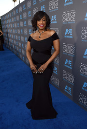 Niecy Nash's elegant bardot-neckline gown was a hit at the Critics' Choice Movie Awards.