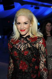 Gwen Stefani attended the Elton John Oscar viewing party wearing her hair in a voluminous 60s-inspired style.