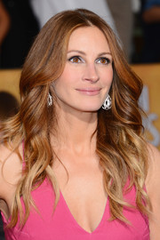 Julia Roberts left her hair loose with boh-chic waves when she attended the SAG Awards.