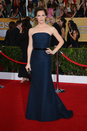 Jennifer Garner showed off her classic style with this navy strapless gown by MaxMara during the SAG Awards.