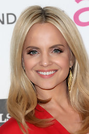 Mena Suvari topped off her Oscar-night look with a pair of gold and diamond dangle earrings.
