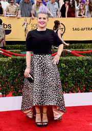 Kelly Osbourne hit the SAG Awards red carpet wearing an Elisabetta Franchi high-low leopard-print skirt with a plain black top.