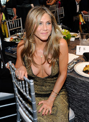 For her nails, Jennifer Aniston chose a dark purple hue.