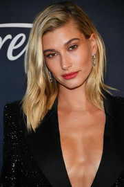 Hailey Bieber wore her hair in a shoulder-length layered cut at the Warner Bros. and InStyle Golden Globes after-party.