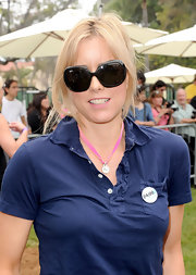 Tea Leoni completed her casual off-duty look with a pair of dark oversize sunglasses.