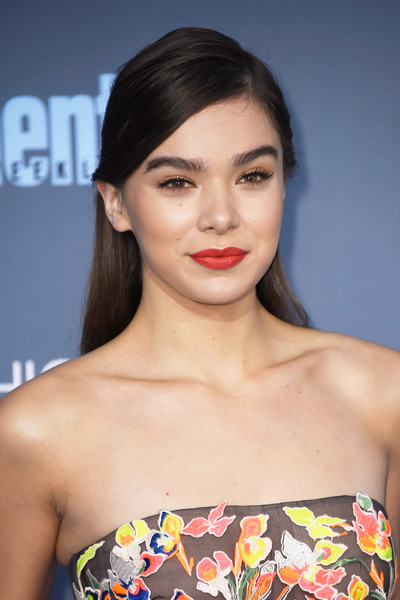 Hailee Steinfeld's red lipstick totally brightened up her pretty face.