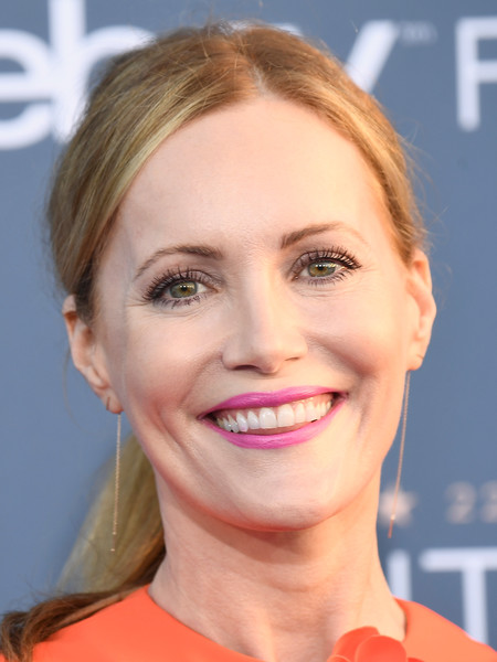 Leslie Mann sported a mildly messy ponytail with an off-center part during the Critics' Choice Awards.