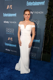 Amy Adams looked simply divine in a fitted white off-the-shoulder gown by Atelier Versace at the Critics' Choice Awards.